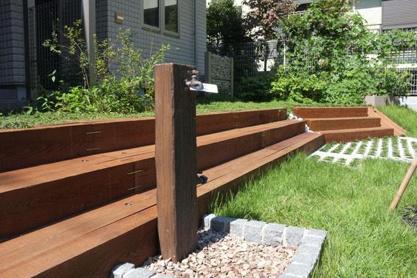 【画像3】庭に散水するために使う外構水栓。地下に流れる豊かな井戸水をくみ上げている。断水時も安心だ(写真撮影:小野有理)