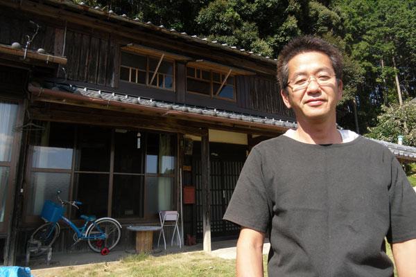 【画像3】1年前に沖縄県石垣島から妻と娘と移住してきた井口聖人さん。空き家バンクにも登録したが、今の住まいである民家は地元の人からの紹介で決まった。カフェの起業を準備中だ(写真:武雄市)