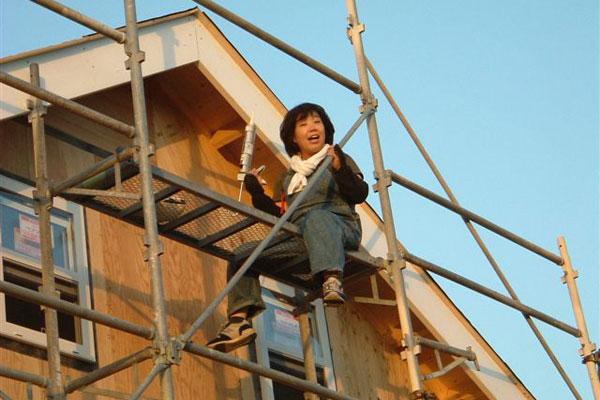 【画像3】足場に登っての高所作業。建てているときは大変だったようですが、完成した家には想いがつまっていた(画像提供:寺田美奈子さん)