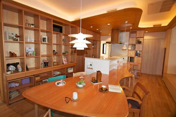 【画像4】キッチンとカウンター、それにダイニングテーブルが一体化した「みんなの部屋」。4人それぞれに専用のチェアがセットされ、お互いを感じながらも自分の時間を過ごせるように工夫されている(写真撮影:筆者)