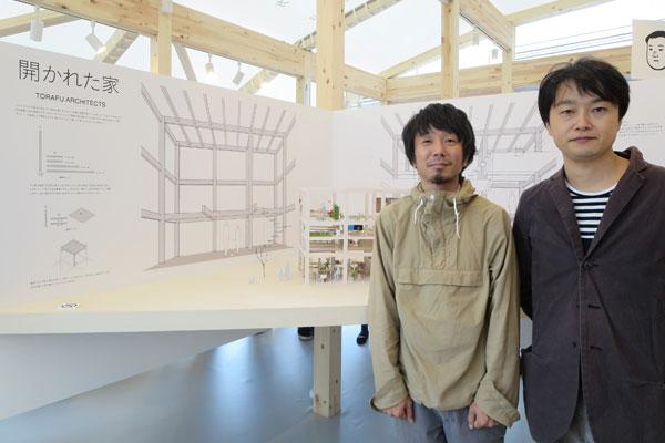 【画像3】「構造をシンプルに、かつ家具と建築を一体化させてコストを抑えます」右から鈴野浩一さん/禿真哉さん(トラフ建築設計事務所) (写真撮影:藤井繁子)