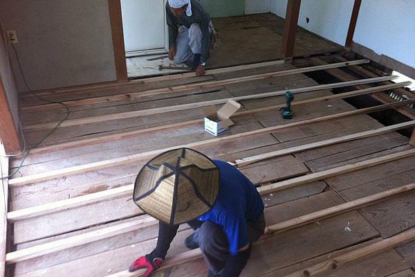 【画像8】内装の工期は約1カ月半。大工さんの指導のもと、解体作業も経験した(写真撮影:アポロ計画)