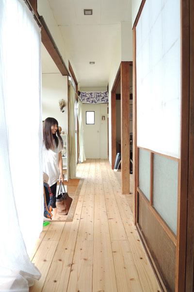 【画像9】玄関前の廊下。「床を張るために5000回くらい金づちを振りました」(写真撮影:アポロ計画)
