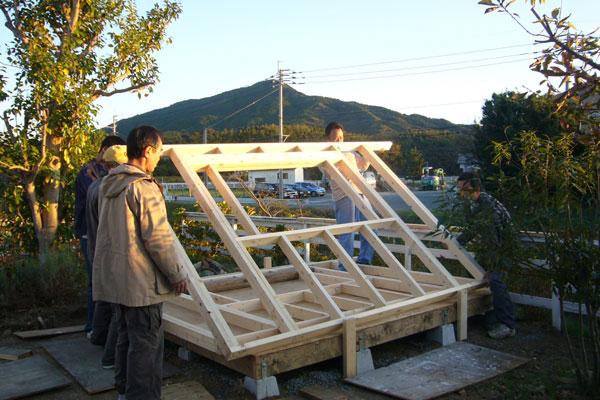 【画像1】寺田さんの庭にあるガーデンハウス。建てる際には周辺住民も手伝いに来てくれた(画像提供:寺田美奈子さん)