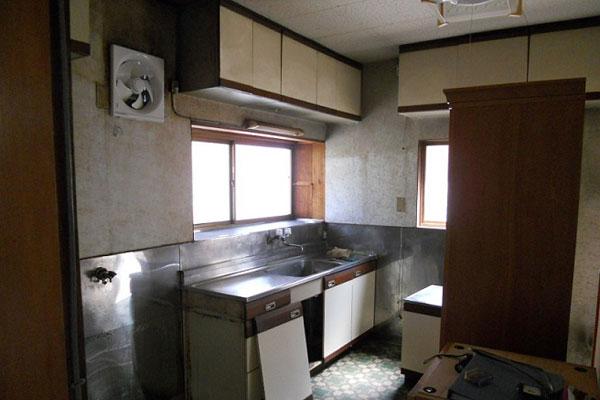 【画像1】〈BEFORE〉以前は北に面していたキッチン。薄暗く寒い上、孤立した印象(画像提供/リノキューブ)