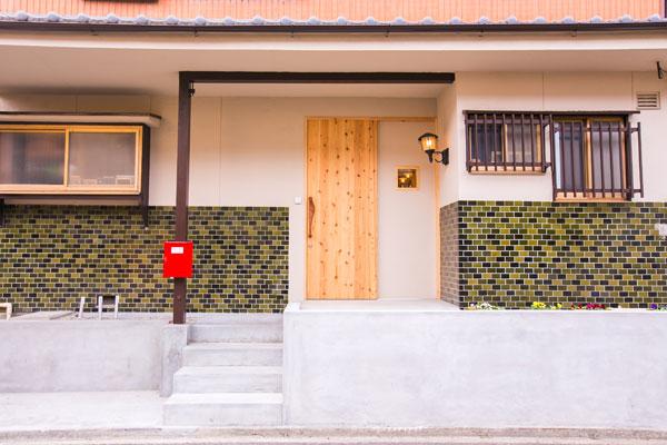 【画像6】〈AFTER〉玄関の位置は以前のまま。タイル地は残し、扉や柵、塀のイメージを一新してレトロかわいく(画像提供/リノキューブ)