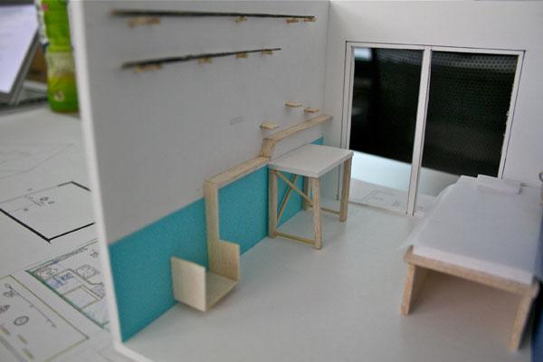 【画像2】松沢さん作品は「釣り師」にターゲットを絞りきった意欲的な提案。壁面には釣り竿収納やデコレーション用の棚を設置。模型をつくってのプレゼンテーションを行った(写真撮影:井村幸治)