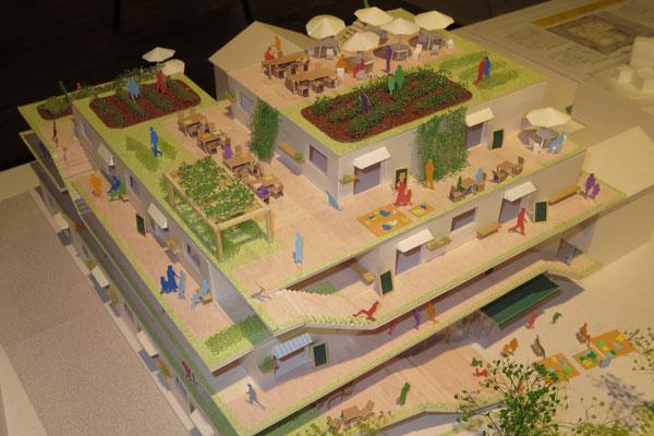 【画像2】屋上&廊下など共用部分をフル活用した、4階建てマンションの模型(写真撮影:藤井繁子)
