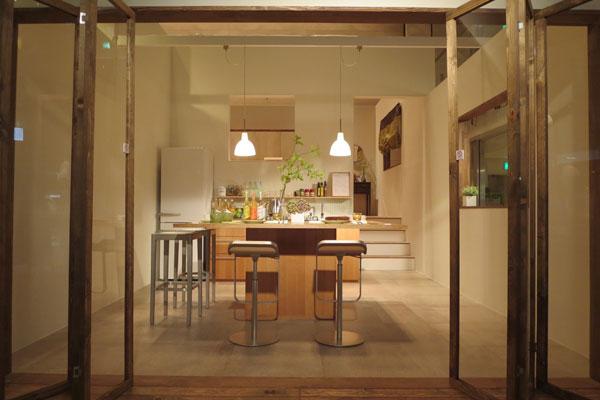 【画像7】廊下側から見た室内。自宅キッチンをカフェとしても住み開く想定で、床は土間になっている(写真撮影:藤井繁子)
