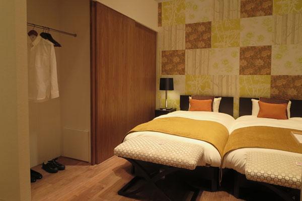 【画像10】夫婦の日常的な洋服&荷物を、この壁面クローゼット幅3m内に収められるか!?(写真撮影:藤井繁子)