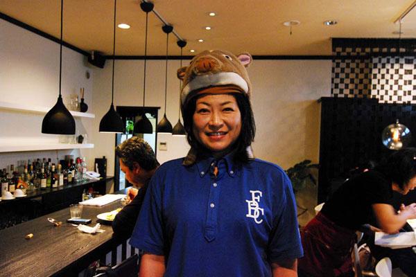 【画像1】民放キー局のディレクターから武雄市へ移住した永田裕美子さん。いのししcaféにて(写真撮影:村島正彦)