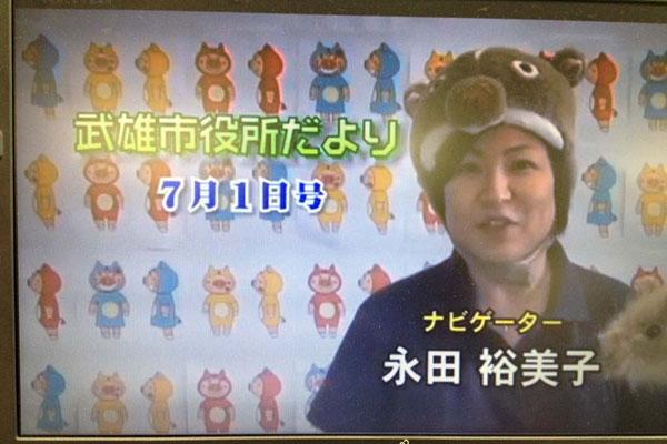 【画像3】武雄市の広報番組に出演中の永田さん。一人で何役もこなし番組制作を行っている(画像提供:永田裕美子)