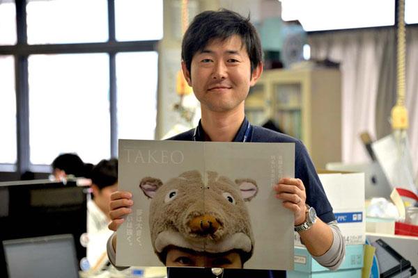 【画像5】武雄市の広報紙9月号では永田さんが表紙を飾った。記事は「いのししcafe」の取り組みを紹介するものだ。広報紙を担当する市フェイスブック・シティ課の池谷知啓さんも移住者の一人(移住先は近隣の白石町)。札幌市の航空会社勤務から転身した。(画像提供:浦郷千尋)