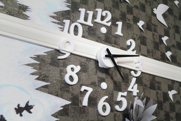 【画像4】友達から「普通の壁掛け時計じゃつまらない」と指摘され、既製の時計を自分の好みにアレンジして取り付けたそう。こちらも材料はおもに100円ショップで集めたとか(写真撮影:藤本和成)