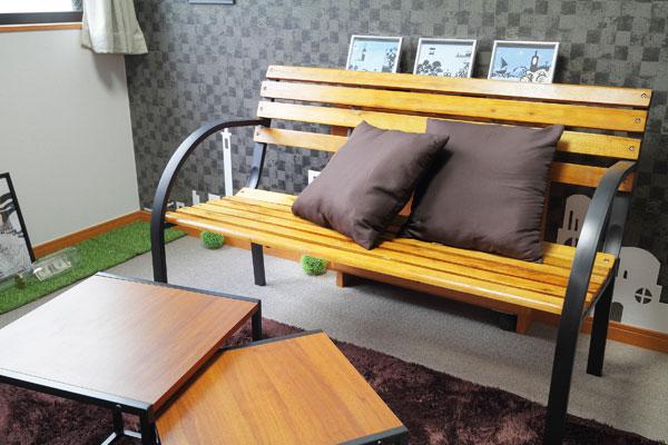 【画像5】テレビを正面から見たいということで置いたベンチ。シックな空間に木製のベンチを置くことで、落ち着き感のある雰囲気が加わります(写真撮影:藤本和成)