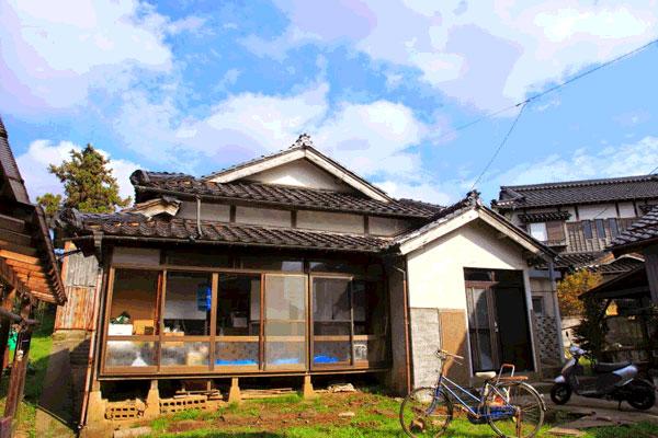【画像1】中川さんのお宅。能登らしい黒瓦のお家です(画像提供:中川生馬さん)