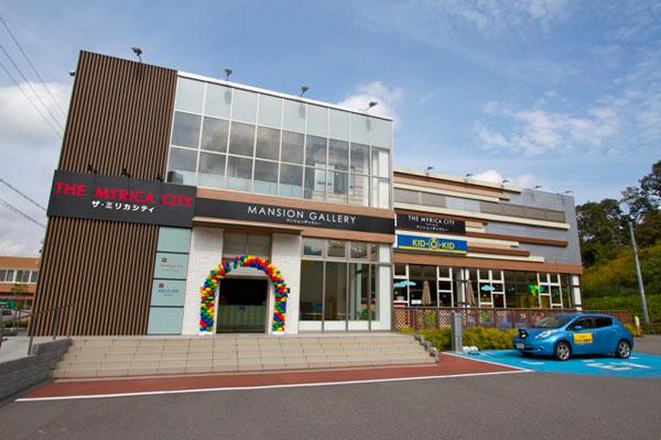 【画像1】現地販売センターを兼ねる「マンションギャラリー」。併設された室内遊び場「キドキド」には近隣からも親子連れが遊びに来ているそうだ(写真撮影:井村幸治)