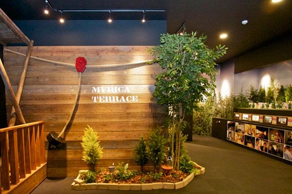 【画像2】「マンションギャラリー」の木製の大きな扉を開けると、ロープウェイが登場! 「ここはアスレチック施設?」と、ワクワクさせられるサプライズだ(写真撮影:井村幸治)