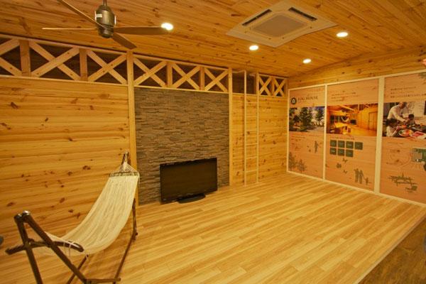 【画像6】キッチンやバス、ハンモックが設置されバーベキューも可能な「ログハウス」。定員は8名(写真撮影:井村幸治)