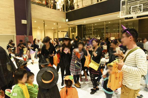 【画像8】「ハロウィンパーティー」。マンションの家々を訪ね歩く子どもたちもさることながら、お菓子を用意する大人、特にお年寄りたちがとても楽しみに待つイベントになったそう(画像提供:ADK)