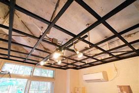 【画像1】天井を抜いて、骨組みだけを残し、黒く塗装。天井を抜くのはそれほど難しくなかったそう。工房らしい雰囲気に仕上がりました(画像提供:UR都市機構)