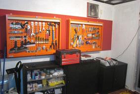【画像2】今回DIY部で施工したDIY COBOで、かっこいい壁掛けラックに鎮座する工具たち。和室だったとは思えない設え(画像提供:UR都市機構)