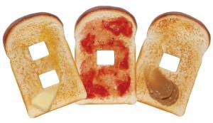 【画像1】トーストスイッチカバー。思わず手が伸びてしまうほどのリアルさ!(画像提供:株式会社岩崎)