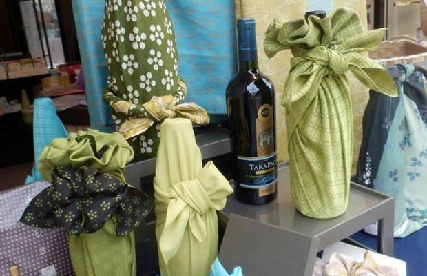 ボジョレー解禁!ホームパーティにぴったりのワインの包み方(画像提供:風呂敷専門店 むす美)