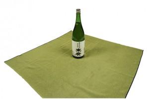 【画像1】瓶を風呂敷の中央に立てて置く(画像提供:風呂敷専門店 むす美)