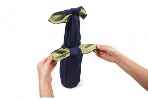 【画像5】瓶を起こし、真結びを整える。これで一本包みが完成(画像提供:風呂敷専門店 むす美)