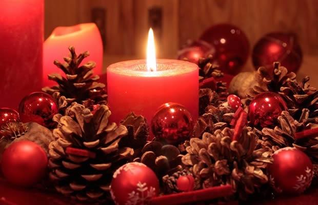 手づくりキャンドルで、お部屋をクリスマスカラーに演出!(写真:cmfotoworks / 123RF.COM)