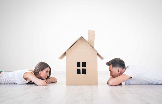 マイホーム購入の夫婦の主導権争い。夫主導はトラブルの元?(写真:deklofenak / 123RF)
