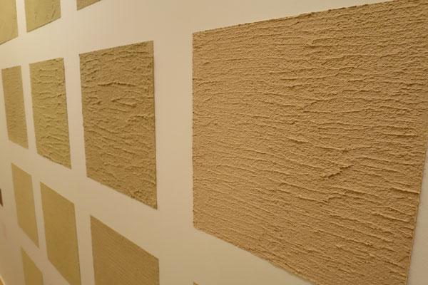 【画像4】微妙に色合いが異なる珪藻土も4色用意。基本は和室だけで選べるものだが、オプションで全部屋の壁を珪藻土にすることもできる(写真撮影:末吉陽子)