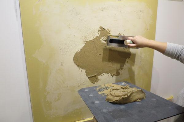 【画像5】ベテランの左官職人と一緒に購入した住戸に珪藻土を塗ることも可能。マンションギャラリーでは塗り方のワークショップも実施されており、子どもと一緒に参加する人も多いそう(写真撮影:末吉陽子)