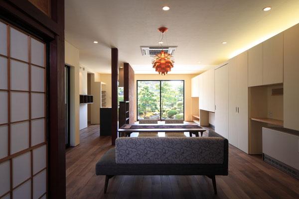 【画像3】リビングダイニング。サンルームを減築したことで、室内にも直接やわらかな日差しが届くようになった。内装には越前和紙を多用し、木部や家具には越前漆器が用いられている(画像提供:梶浦博昭環境建築設計事務所)