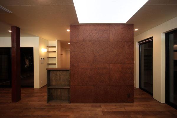【画像4】キッチンとリビングをゆるやかに仕切るパーテーションは耐力壁を兼ねており、耐震性能の強化にも役立っている(画像提供:梶浦博昭環境建築設計事務所)