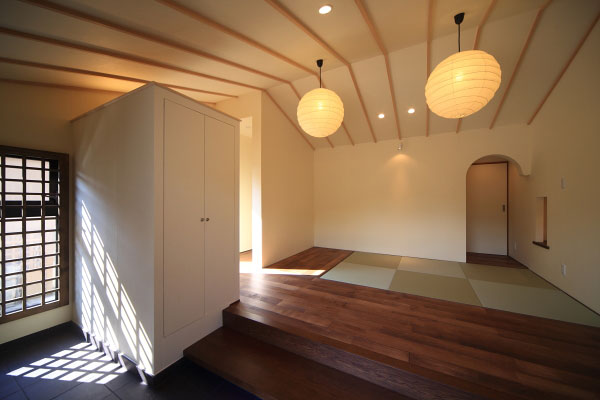 【画像7】玄関を入ると畳敷きの「寄席」スペース。照明には和紙を用いた作品を使用。現在では越前箪笥(たんす)も置かれ、地域の人々が集うコミュニティスペースとしても使われている(画像提供:梶浦博昭環境建築設計事務所)