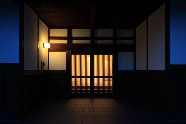 【画像8】玄関は、白壁をいかした越前地方伝統のたたずまいに(画像提供:梶浦博昭環境建築設計事務所)