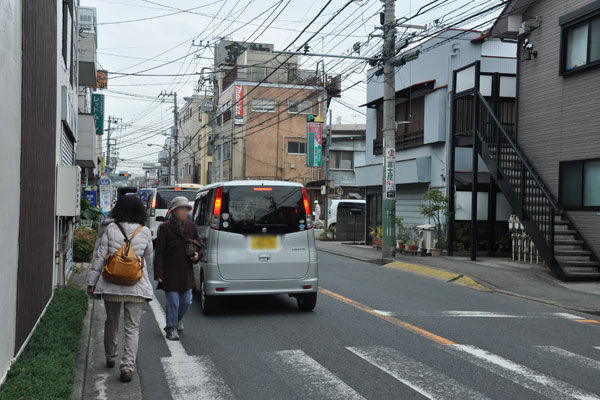 【画像1】歩道があっても十分な幅員がなく、人が車道にはみだしてしまうことも(写真撮影:嘉屋恭子)