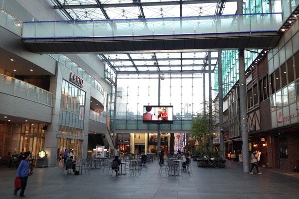 【写真2】中心部に位置する複合商業施設「総曲輪(そうがわ)フェリオ」と、屋内駐車場に挟まれたスペースを有効活用した全天候型多目的広場「グランドプラザ」(写真撮影:小野有理)