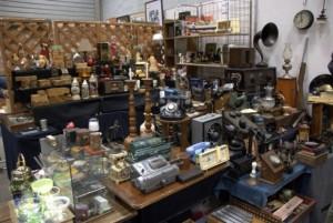 【画像3】昔の電話機や蓄音機など、アンティーク好きにはたまらない一角(撮影:岡島梓)