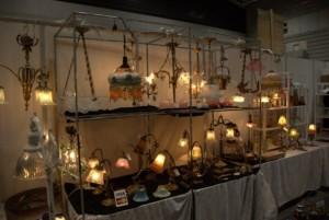 【画像4】主に南フランスで買い付けられる照明の数々。柔らかな光に癒やされる(撮影:岡島梓)