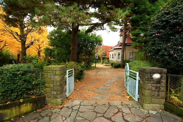 【画像1】 まるで公園のような庭を抜ける。色とりどりの葉が揺れる木々も、家と一緒に街と家族を見守ってきたのだろう(画像提供:株式会社リビタ)