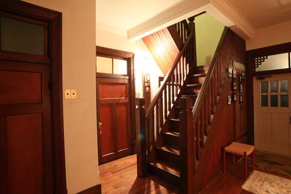 【画像3】2階へ続く階段。重厚さもさることながら、家族が上り下りしてすり減った階段も、手入れが行き届いて、良い味わいに変わっている(画像提供:株式会社リビタ)