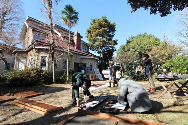 【画像4】外した建具を庭に並べ、丁寧にホコリを払う(画像提供:株式会社リビタ)