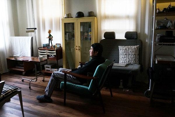 【画像2】部屋でリラックスするアラタさん(写真撮影:アポロ計画)