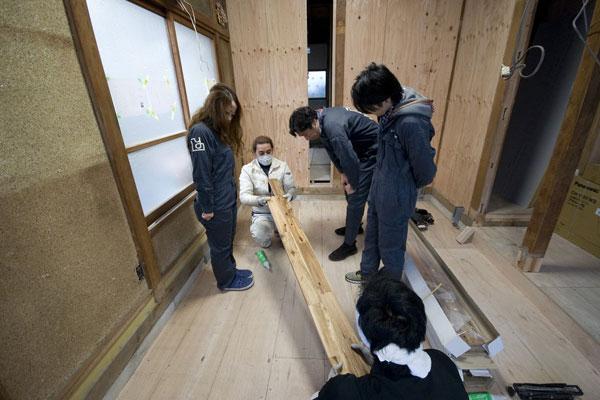 【画像4】工務店の⽅に教わりながら完成させた床張り作業(画像提供:株式会社ユウト)