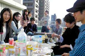 【画像1】『BUIE学園前』の屋上でバーベキューを楽しむ入居者たち(写真提供:MASSIVE SAPPORO代表 川村健治氏)