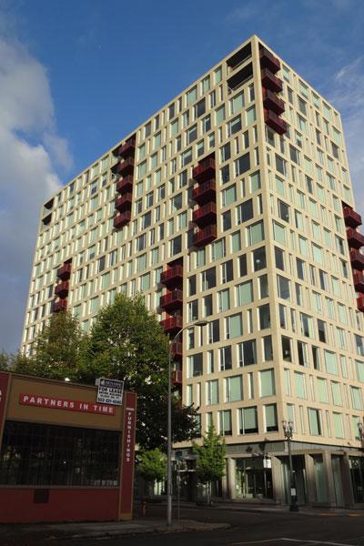【画像4】パール地区の中心部に位置する高級コンドミニアム「The 937」。屋上緑化などによりLEEDプラチナ認証を受けている(撮影:住宅ジャーナリスト/山本久美子)
