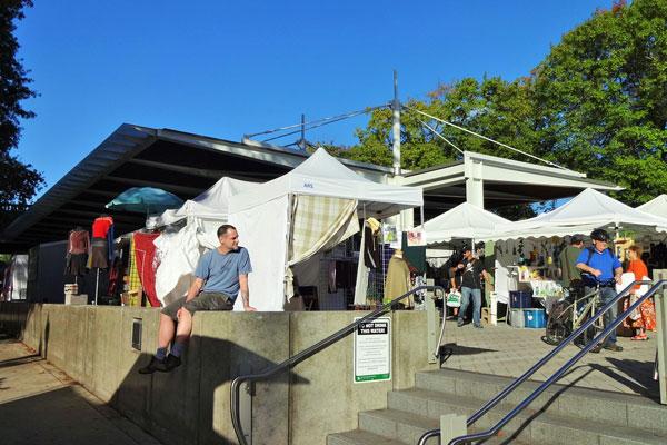 【画像5】訪れたときには、内藤パークウェイ沿いの公園でサタデーマーケットと呼ばれる青空市が開かれていた。出店者が電気や水道を使えるように整備されているのは驚きだ(撮影:住宅ジャーナリスト/山本久美子)